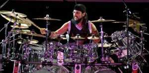 MIke_Portnoy_playing_the_drums_(Rio_de_Janeiro,_2006)