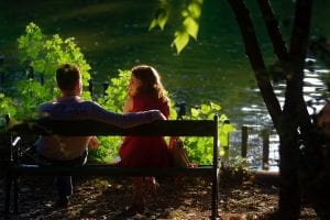 couple-sitting-on-bench-2897952
